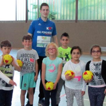Oberliga-Handballer der HSG Pohlheim in der Grundschule